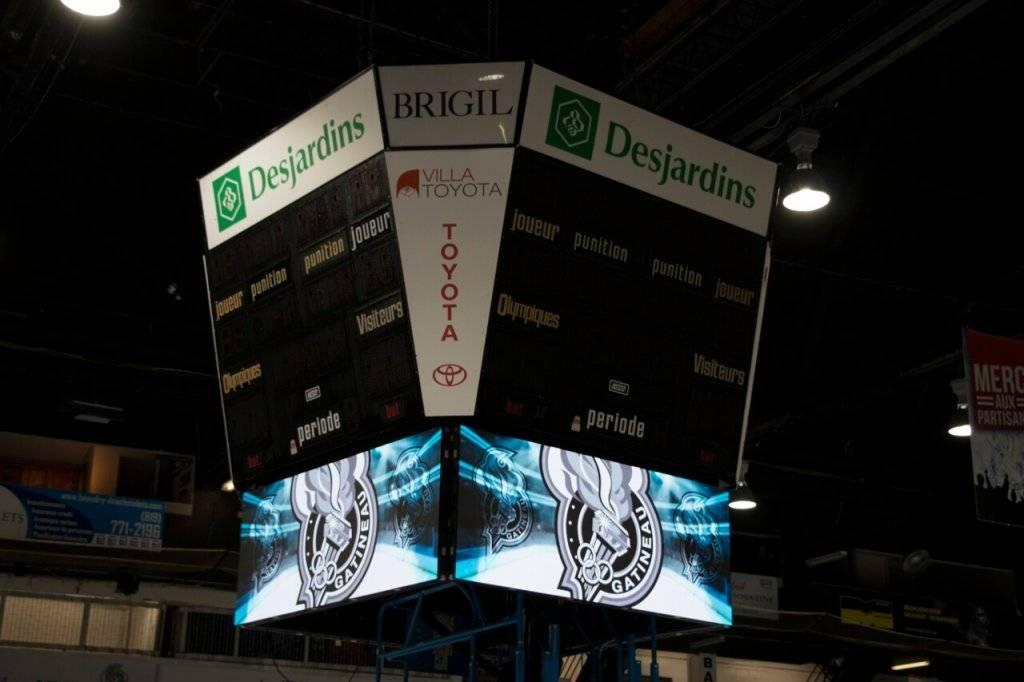 Tableau d'affichage numérique à LED au centre de l'aréna sportive Olympiques de Gatineau